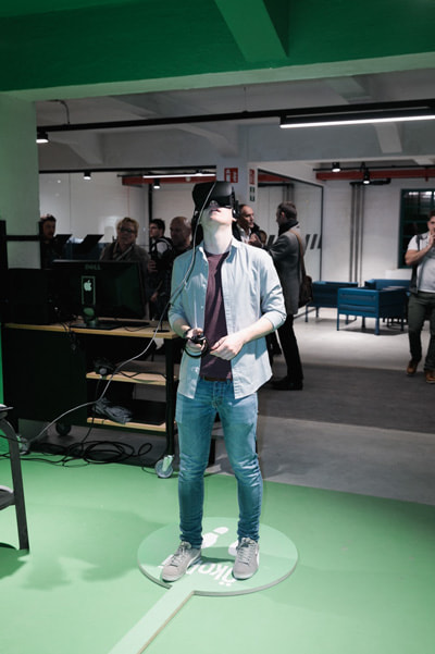 Junger Mann mit Virtual-Reality-Brille